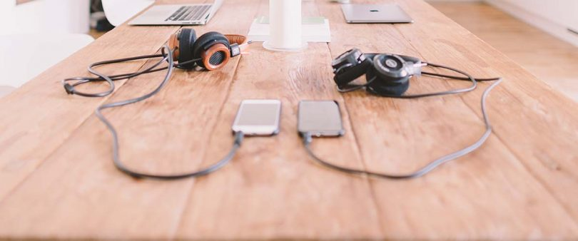 gadget organizzatore di eventi smartphone headphones